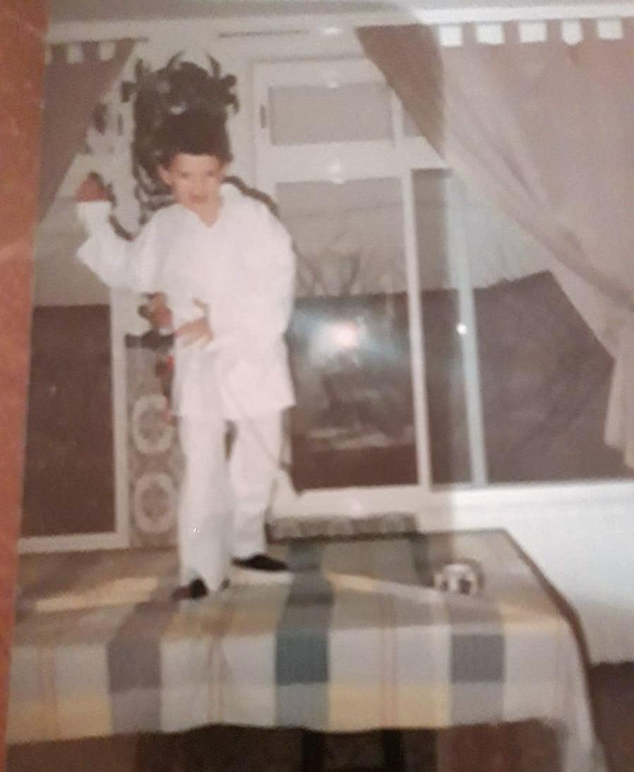 Si, soy yo, con cinturon blanco y sobre una mesa.