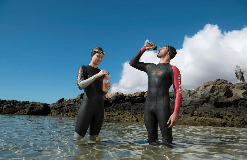 Nadadores de aguas abiertas hidratándose
