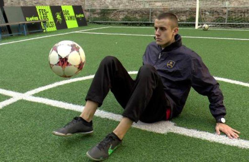 img_como_dar_toques_sentado_en_el_suelo_tutorial_futbol_freestyle_33501_600