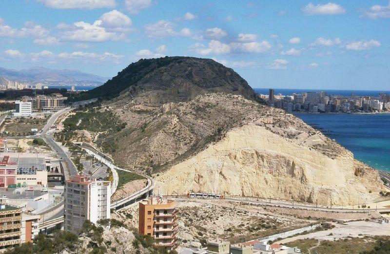 1024px-La_Serra_Grossa_desde_el_Castillo_de_Santa_Bárbara,_Alicante,_España