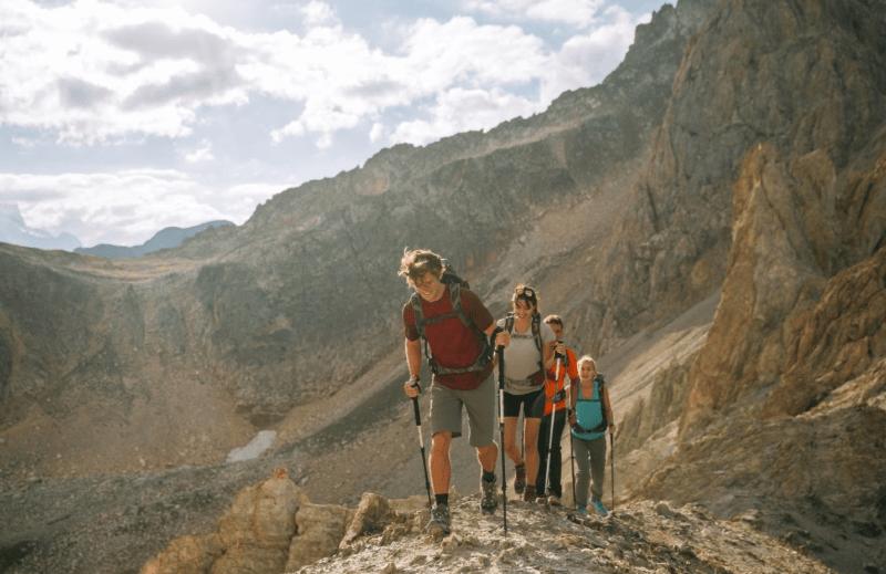 senderismo-quechua-bastones-montana