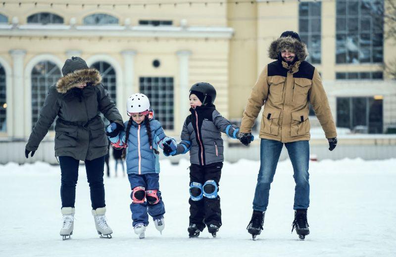Familia patinaje hielo