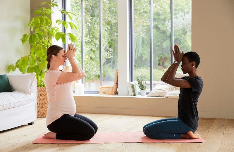 mujeres practicando yoga en casa