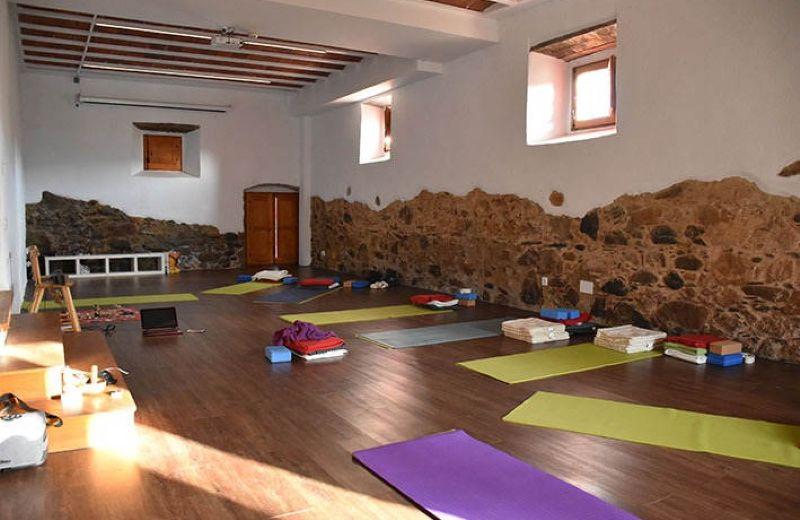 Sala de yoga con esterillas y accesorios para practicar
