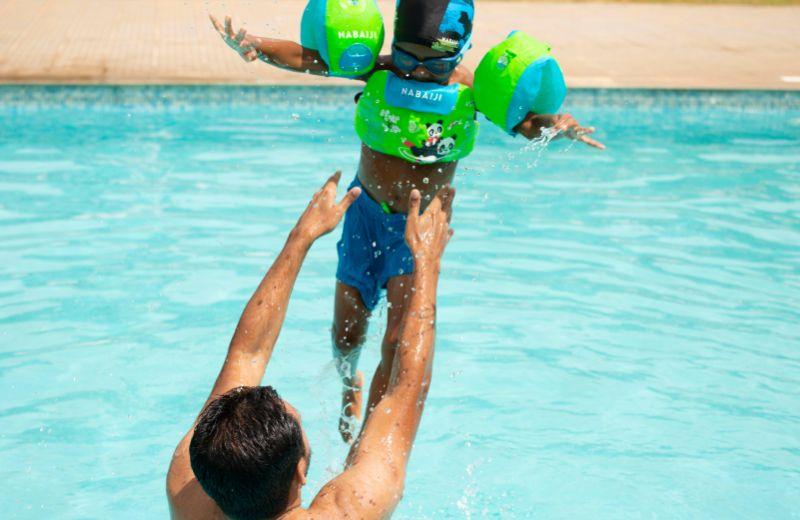 niño piscina padre
