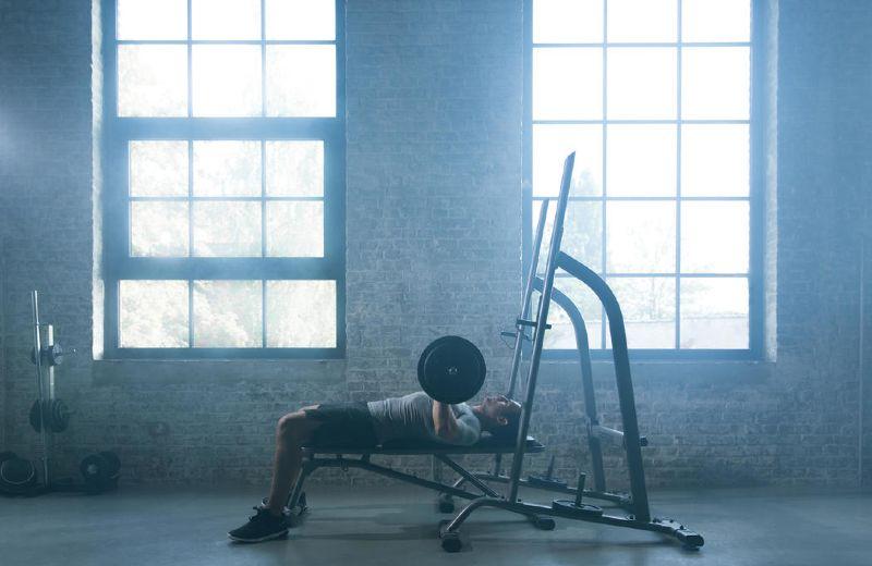 hombre entrenando con pesas