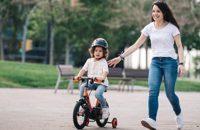 imagen madre hija bici