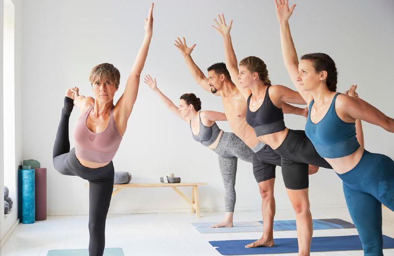 clase de yoga dinámico