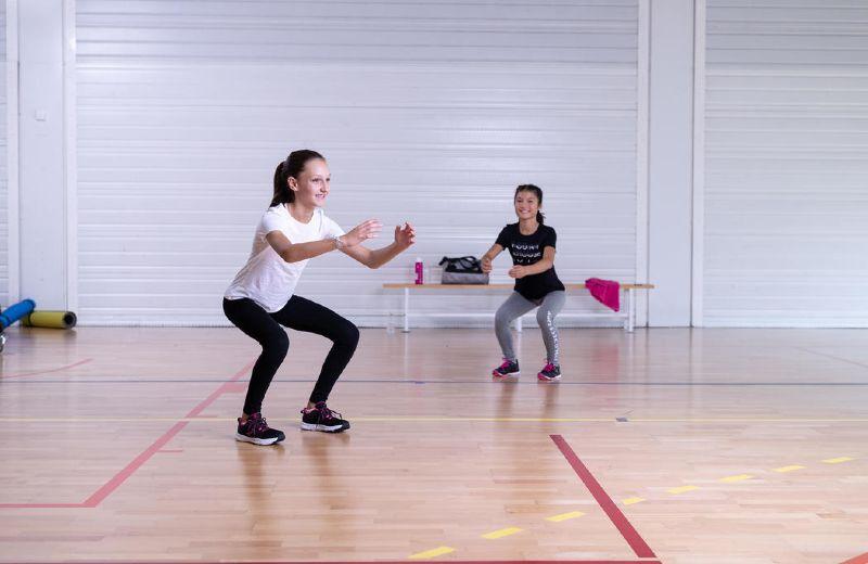 niña haciendo gimnasia con mallas domyos