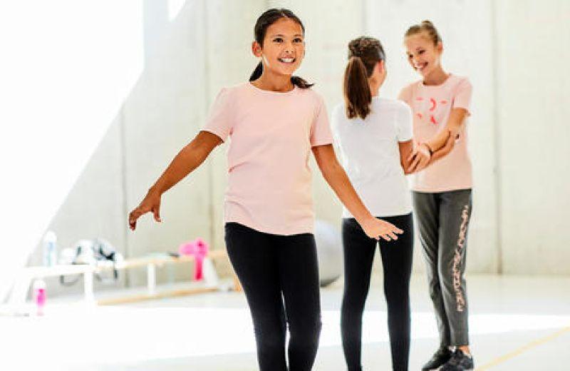 niñas haciendo gimnasia con ropa de decathlon
