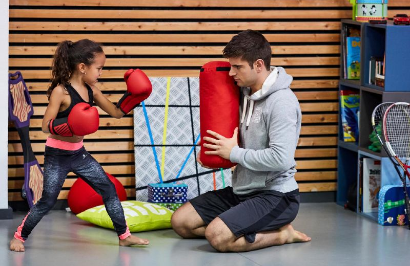 niña aprendiendo boxeo
