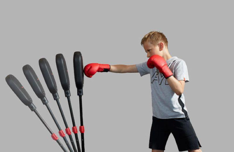 niño practicando boxeo