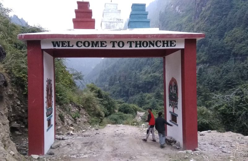 Portada de entrada A Thonche