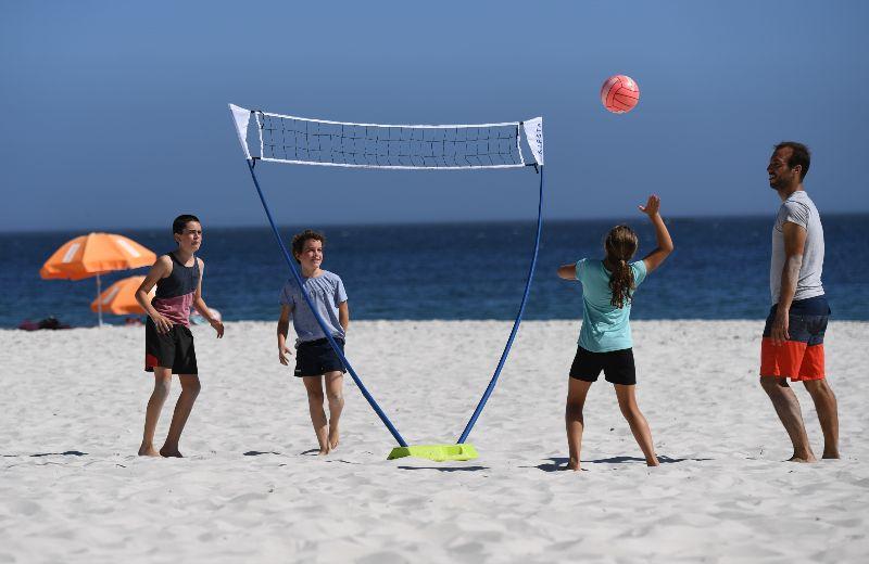Jugar al voley en la playa
