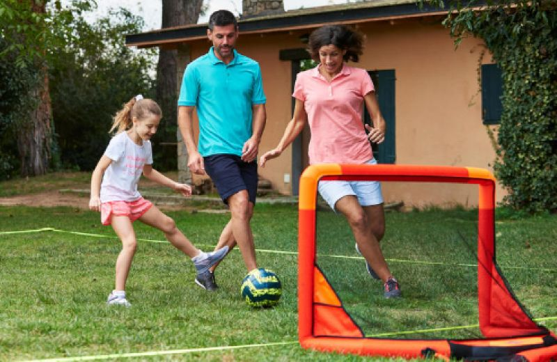 niña jugando futbol
