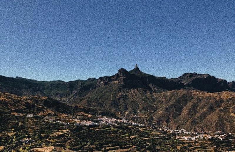 Roque nublo en lo alto sobre el pueblo de Tejeda