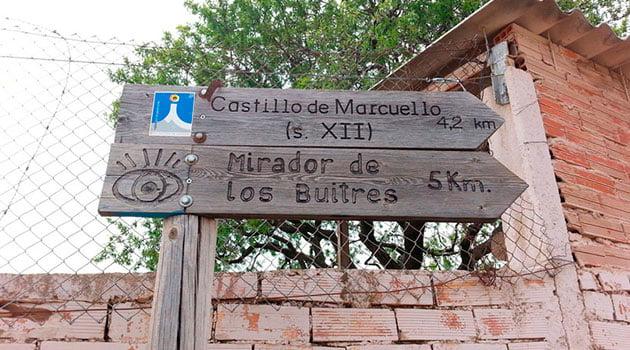 Carteles indicativos por el pueblo de Sarsamarcuello