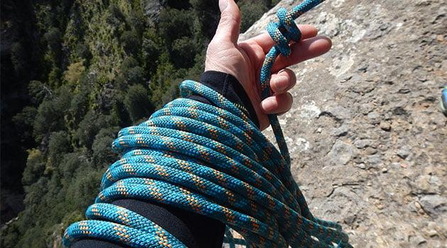 Nudo de pescador doble en los cabos de la cuerda