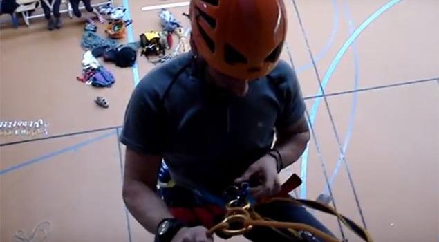 montando el descensor rapel guiado escalada