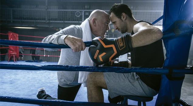 Entrenador motivando a boxeador
