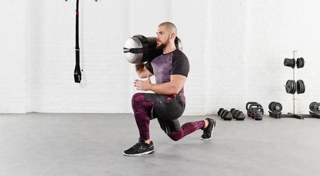 Hombre con pesas practicando full body