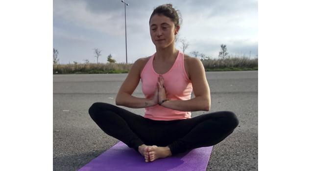 posturas de yoga saludo a la luna baddha konasana