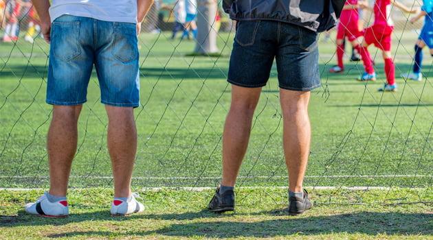 padres viendo partido futbol