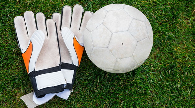 guantes-pelota-futbol