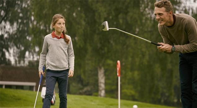 Padre e hija jugando a golf