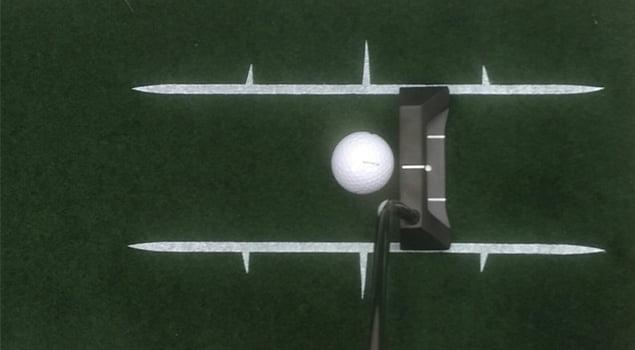 juego corto patear la bola en el centro
