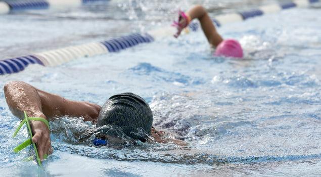 Dos personas nadando