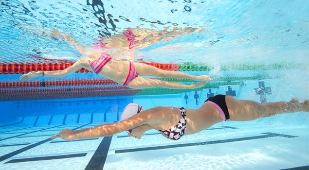 Nadando en la piscina a ras de suelo