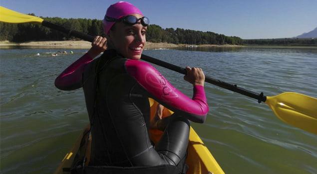 natacion-en-aguas-abiertas-kayak-natacion-experiencia-decathlon