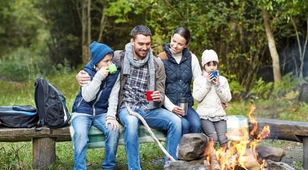 Familia de camping comiendo