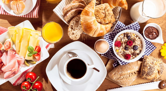 Desayunar antes de correr comida en la garganta