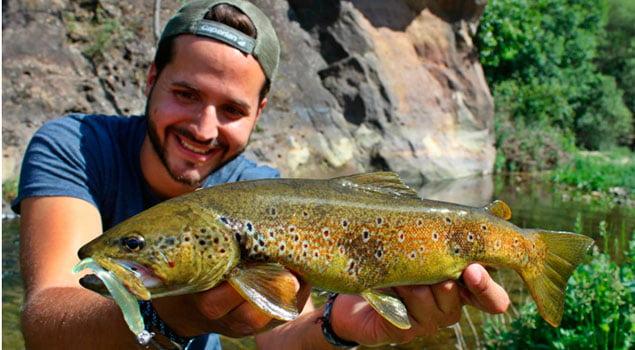 Pesca de trucha con vinilo